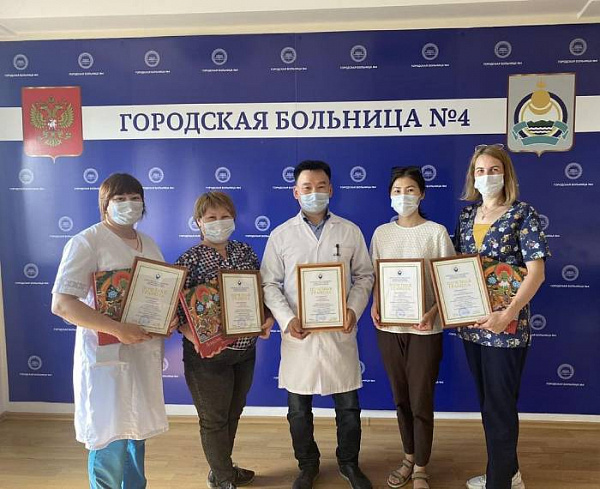 В Улан-Удэ медиков наградили за вклад в борьбу с COVID-19